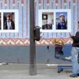10 portraits des ouvriers du Louxor exposés sur les palissades.