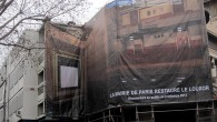 """Pose de la bâche décorative représentant la grande salle """"Youssef Chahine""""."""